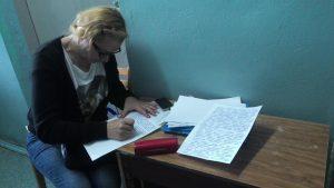 Лариса Захарова пишет заявление на сотрудников ИК-63