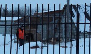 По мнению автора, на фото — осужденный, содержащийся в ИК-47, запечатлен работающим на даче полковника Карасева
