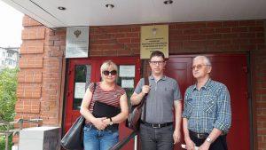 Лариса Захарова, Роман Качанов и Владимир Капустин возле прокуратуры по надзору за соблюдением законов в ИУ